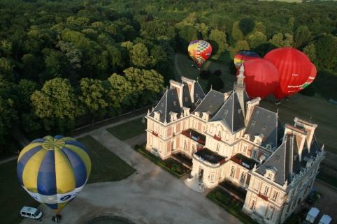 decollo di un gruppo di mongolfiere dal castello
